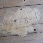 Forats de corcó i restes d'etiqueta